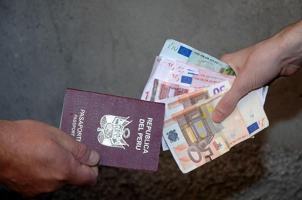 Documenti e permessi di soggiorno falsi arrestate 3 persone a ...
