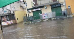 Primo maggio bagnato via Giulio Cesare allagata dalla pioggia. Foto