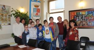 """COMUNE DI BACOLI – Il Sindaco e l'Assessore alla Pubblica Istruzione premiano gli 8 Campioni d'Italia alle """"Olimpiadi di Problem Solving"""" dell'Istituto """"Plinio Il Vecchio-Gramsci"""""""
