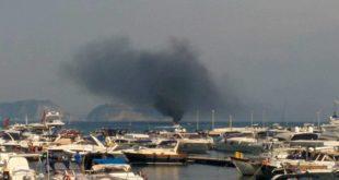Barca in fiamme a Baia, l'intervento della Guradia Costiera. Foto