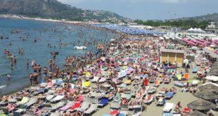 Le Incredibili immagini della folla record sulle spiagge di Miseno. Video e Foto