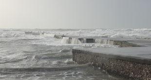 Vento fortissimo e mare agitato sulla costa flegrea, Video e immagini di Pacosmart