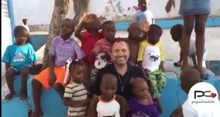 I bambini di Haiti lo chiamano PAPA CHOCOLATE ma è DOMENICO MAZZELLA. VIDEO