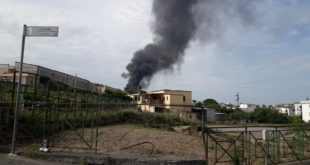 Incendio in una traversa di via Bellavista a Bacoli. Foto