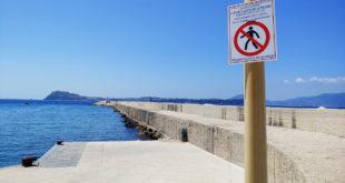 Acquamorta, vietato passeggiare sul molo… si accende la polemica sui social