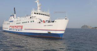 Passeggeri sbarcati con i gommoni da un traghetto arenato nel porto di Ischia