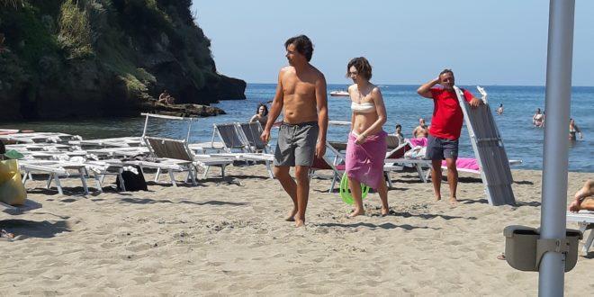 UN POSTO AL SOLE al Beach Brothers. Miseno, Bacoli e Monte di Procida set preferiti. FOTO