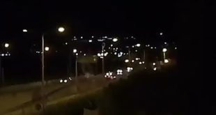 Lucrino. Sparano fuochi d'artificio sul marciapiede con le auto in transito. Video