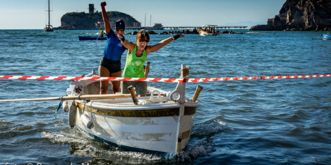 Foto, Simona Scotto e Teresa Romeo vincono il palio marinaro dell'Assunta. La gioia delle due ragazze montesi