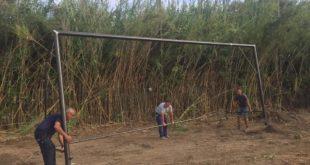 Porte da calcio installate a rinato campo sportivo di Cuma.