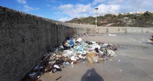 Acquamorta. Il mare restituisce parte della plastica e polistirolo gettata dall'uomo in mare.