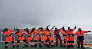La Nave da Ricerca Laura Bassi con i marinai montesi nel punto più meridionale della Terra