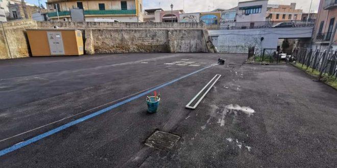 Monte di Procida. Nuovo asfalto per via G. da Procida e il parcheggio in piazza ma altre strade piangono.