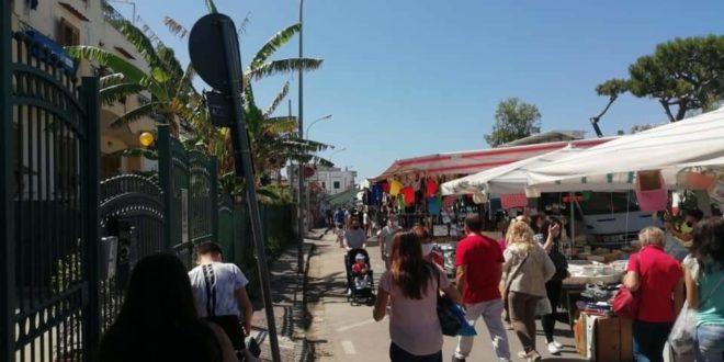 Mercato in strada a Bacoli. Più spazi, più sicurezza.