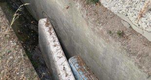 Incivili gettano materassi nel canale di via Panoramica
