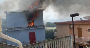 Monte di Procida. Incendio in una casa a via Inferno Video
