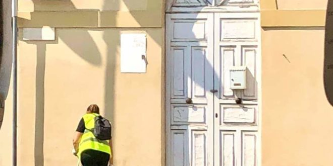 Fusaro. Una donna pulisce tutti i giorni piazza Rossini e percepisce il reddito di cittadinanza.