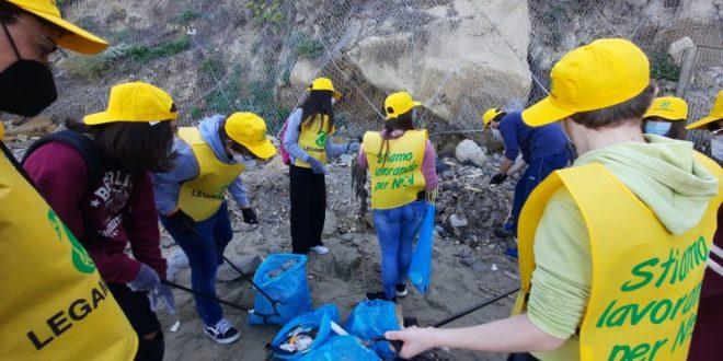 I Ragazzi Del Liceo Seneca e Legambiente puliscono la spiaggia di Torregaveta.Video