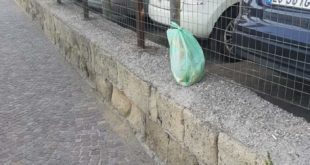 Bacoli.Lascia la busta della spazzatura in strada.. multa di 600 euro per un  bagnante