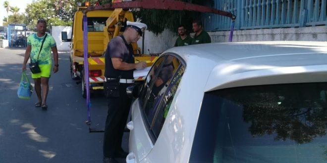 Bacoli.Sosta selvaggia Polizia Municipale in strada con carri grù.